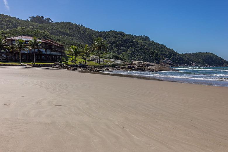 quantas praias há em Bombinhas?
